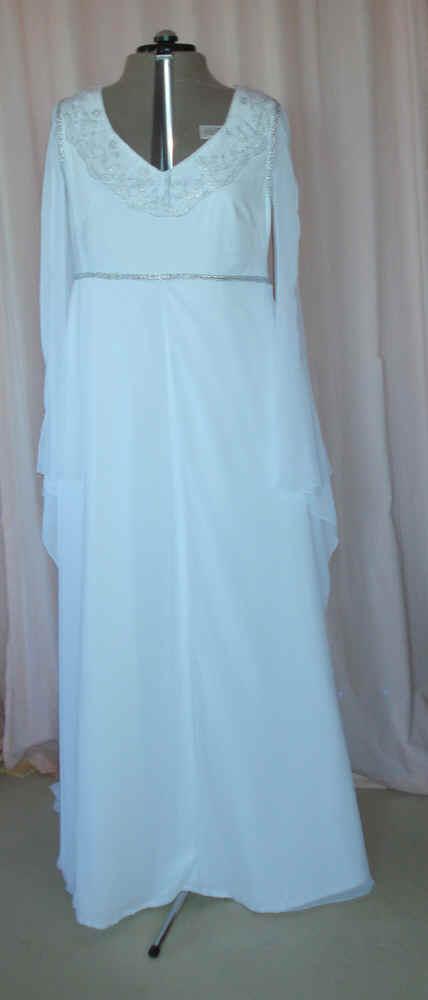 Arwens Cranberry-Kleid mit passender Weste für den Bräutigam.