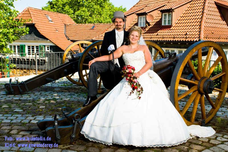 Klassisches Brautkleid mit reichlich bestickter Corsage aus Seide und ...