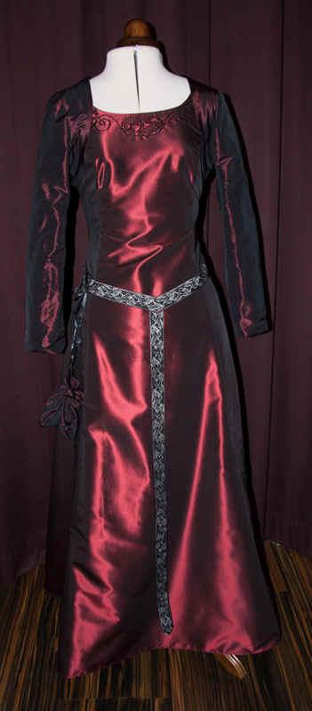Brautkleid rot Mittelaltergürtel