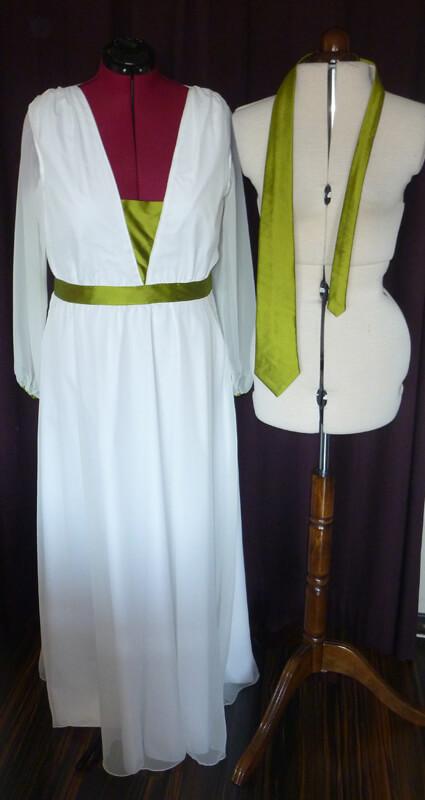 Brautkleid mit grüner Krawatte