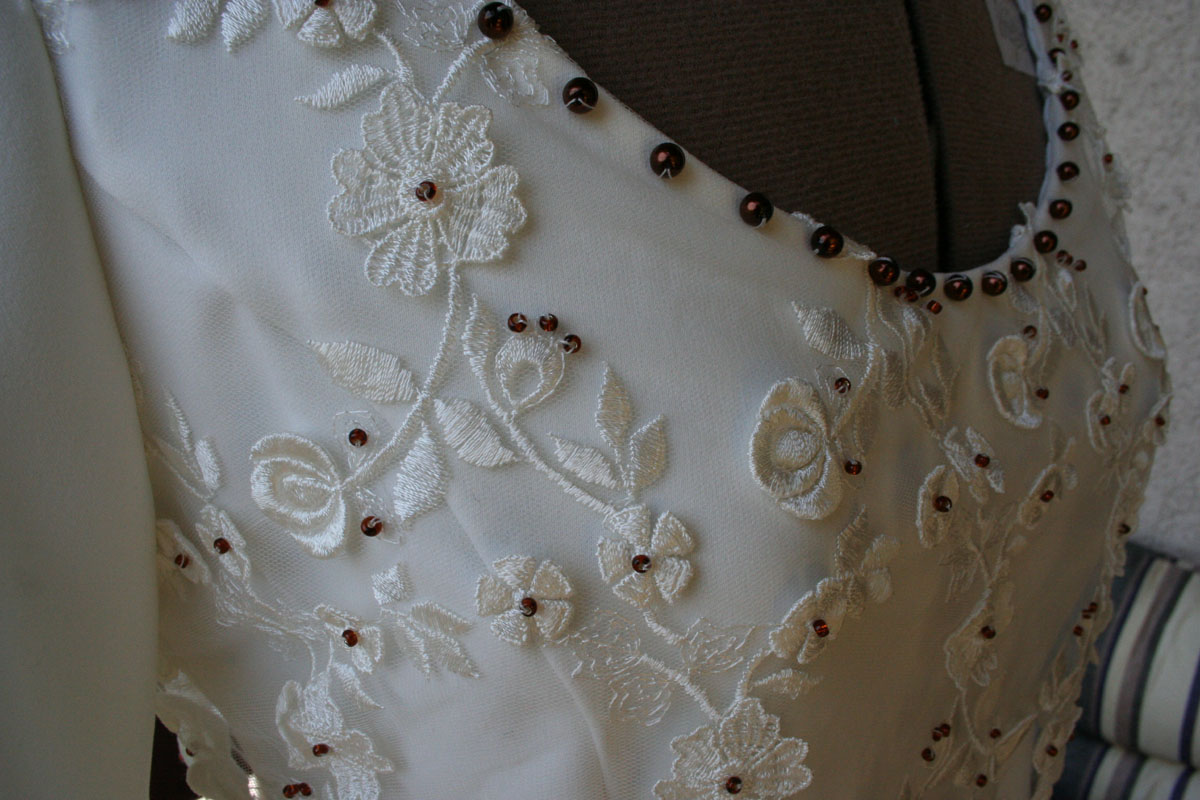 Brautkleid Spitze braune Perlen