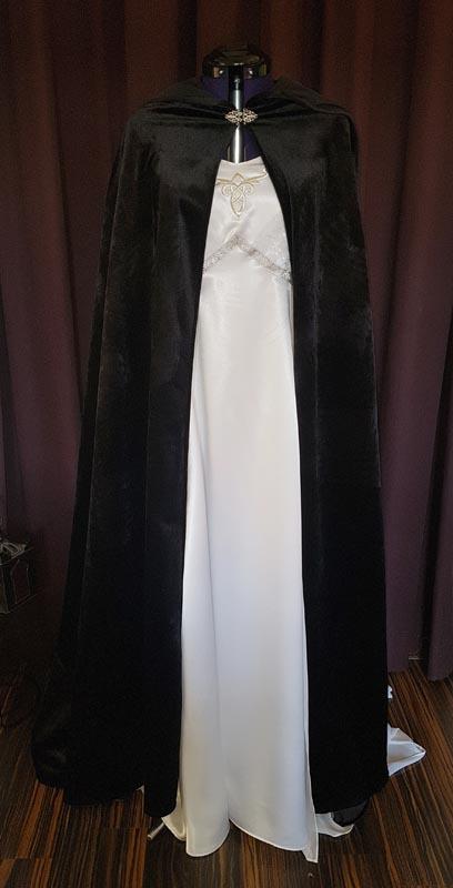 Brautkleid weiss mit schwarzem Umhang